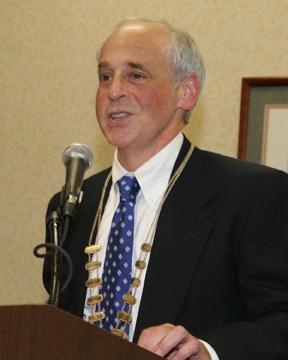 Dr. Heft addresses the AADR assembly